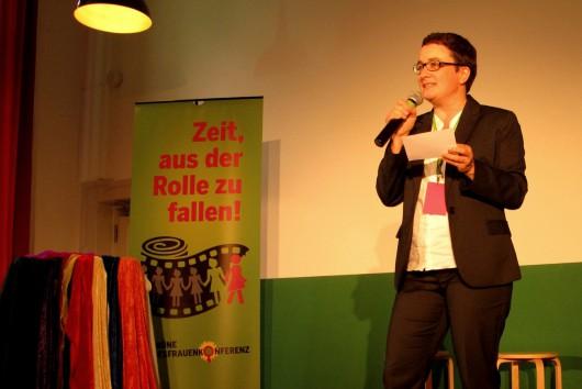 Caroline Ausserer moderiert die Grüne Bundesfrauenkonferenz im September 2014.