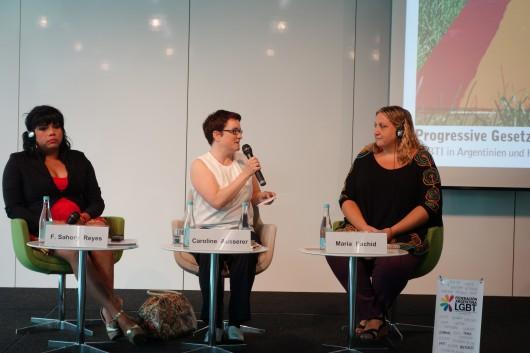 Caroline Ausserer moderiert eine Podiumsdiskussion in der Heinrich Böll Stiftung